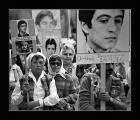 Marcha de Madres de de Plaza de Mayo con las fotos de sus hijos como pancartas