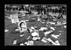 Estado de la Plaza de Mayo luego de una movilización con un cartel de desaparecido