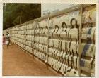 Primer Siluetazo, hileras de siluetas sobre muro urbano. Se ven dos mujeres caminando.