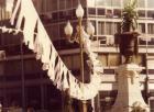"""Campaña """"Dele una mano a los desaparecidos, hileras colgantes de hojas-afiches de manos."""