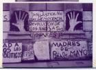 """Manos gigantes pintadas en la pared y entre medio de ellas la consigna: """"Sin justicia no hay democracia, devolución de los niños a sus hogares""""."""