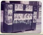 Kiosco intervenido con fotocopias de imágenes de mujeres desaparecidas.