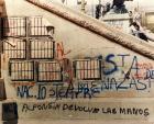"""Serigrafías con los nombres de los militares represores y """"carapintadas"""" revelados contra la democracia, en el monumento de Plaza Congreso. Pintada: Alfonsín devolvé las manos."""