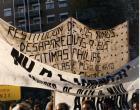 Pancarta de las Abuelas de Plaza de Mayo que reclama por la restitución de los hijos de los desaparecidos a sus familias