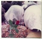Madres de Plaza de Mayo con flores durante una marcha
